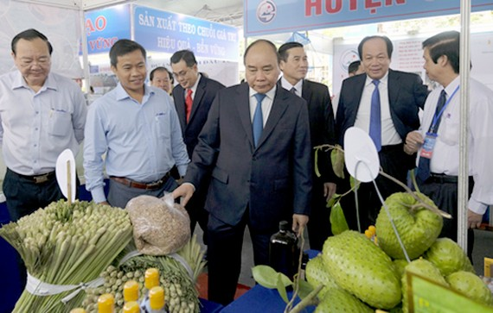 Thủ tướng thăm các gian hàng trưng bày sản phẩm của các DN đang đầu tư tại Tiền Giang. Ảnh: VGP