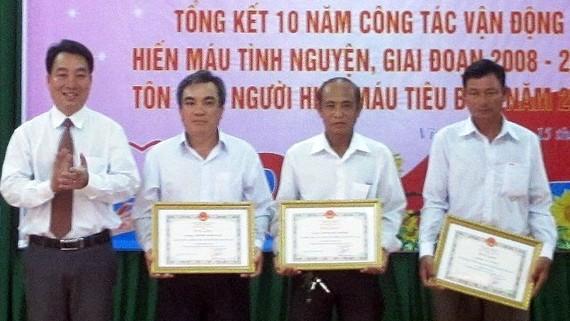 Tỉnh Vĩnh Long khen thưởng những cá nhân hiến máu tình nguyện
