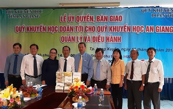 Lễ bàn giao số tiền mặt 10 tỷ đồng từ Quỹ khuyến học Doãn Tới cho tỉnh An Giang quản lý, điều hành