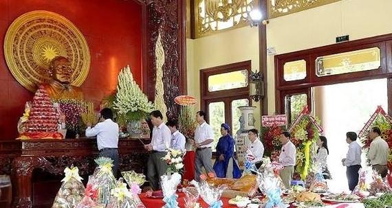 Các đại biểu dâng hương tưởng niệm Chủ tịch Tôn Đức Thắng