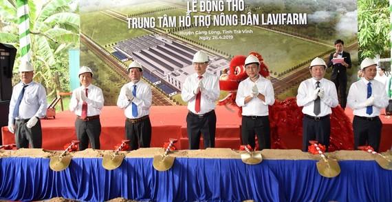 Đồng chí Nguyễn Thiện Nhân, Ủy viên Bộ Chính trị, Bí thư Thành ủy TPHCM, dự lễ khởi công xây dựng Trung tâm hỗ trợ nông dân Lavifarm ở Trà Vinh
