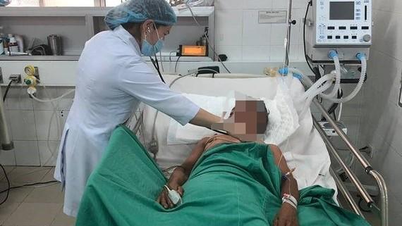 Bác sĩ đang chăm sóc bệnh nhân bị ngộ độc cá nóc