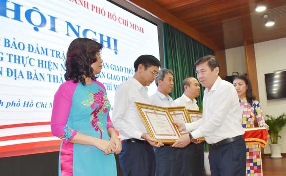 Chủ tịch UBND TPHCM Nguyễn Thành Phong trao tặng bằng khen cho các đơn vị tại hội nghị