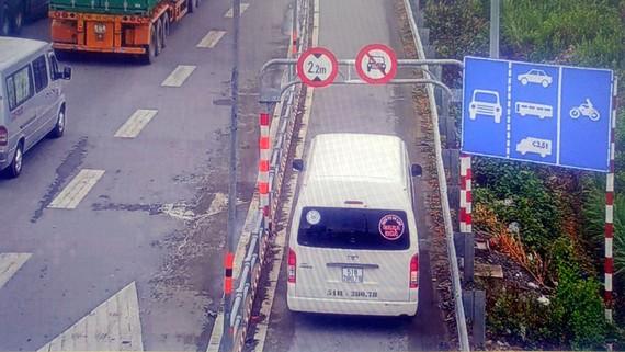 Có biển cấm nhưng xe ô tô cố tình lưu thông vào làn xe gắn máy