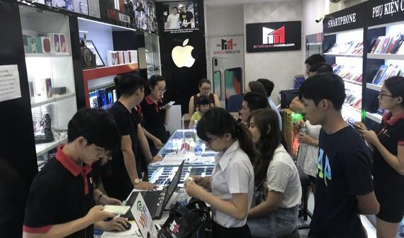 Khách đến chọn mua iPhone tại Minh Tuấn Mobile