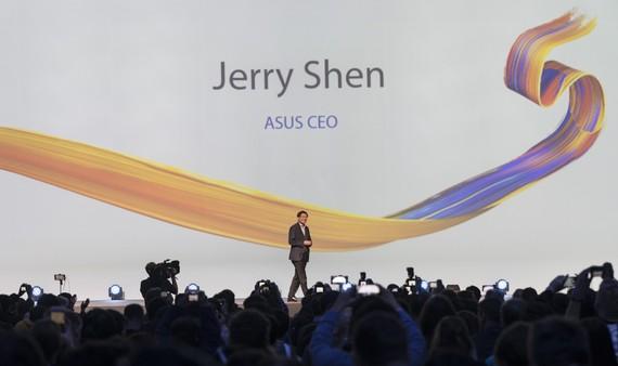 CEO của ASUS - Jerry Shen đã giới thiệu dòng sản phẩm mới nhất là ZenFone