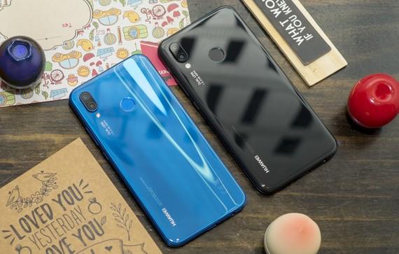 Huawei Nova 3e với hai màu xanh và đen