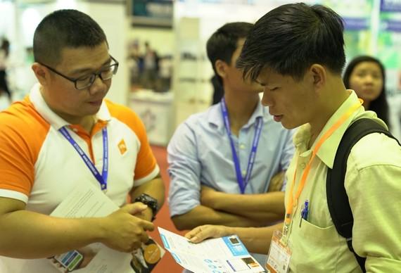 Nhân viên VNG tư vấn giải pháp cho khách hàng