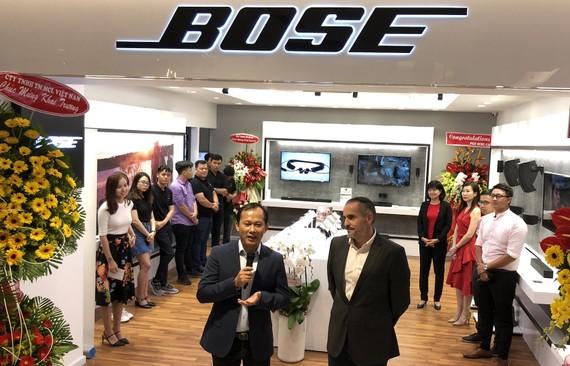 Mai Nguyên và đại diện hãng Bose tại buổi khai trương của hàng mới