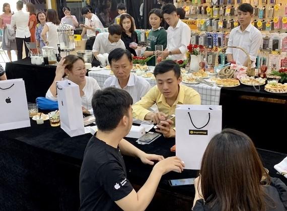 Khách hàng mua iPhone mới tại Thế Giới Di Động