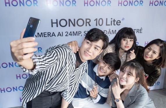 HONOR 10 Lite hướng vào khả năng chụp ảnh selfie