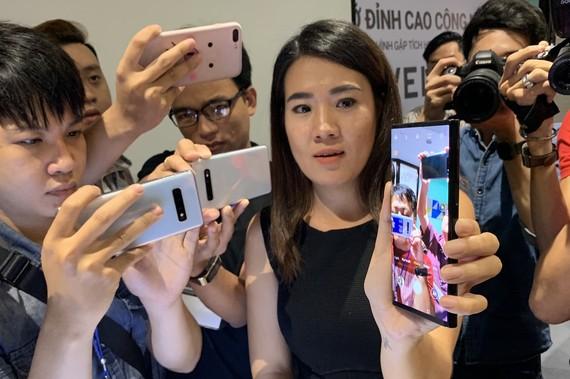 Phía Huawei Việt Nam cầm chặt chiếc Huawei Mate X khi giới thiệu
