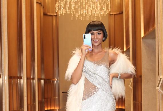 Hoa hậu H'Hen Niê xuất hiện tại sự kiện ra mắt HUAWEI P30 Series