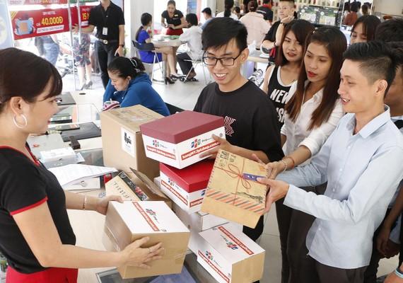 Khách nhận hàng khi mua từ hangmy.fptshop.com.vn