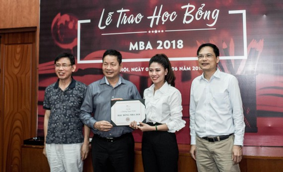 Trước đây, Viện Quản trị & Công nghệ FSB đã trao học bổng MBA