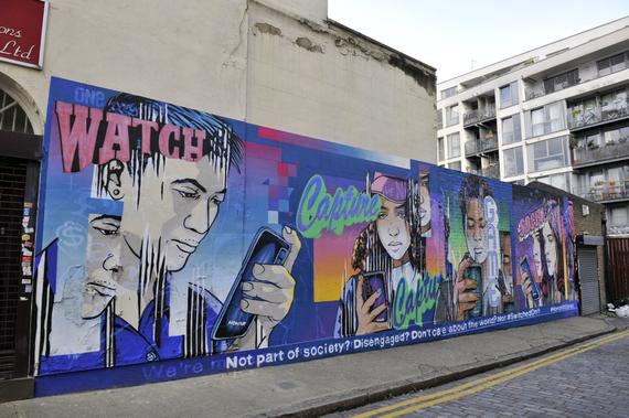 Bức tường khắc họa cuộc sống của giới trẻ bên vật bất ly thân - smartphone