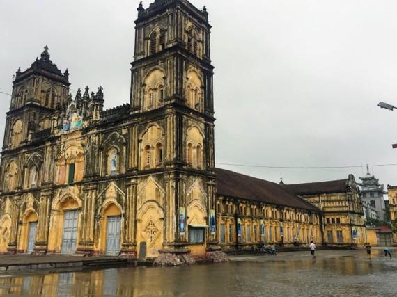 Theo giáo dân tại đây, sau mỗi cơn mưa lớn thì nước thường chảy tràn khắp nơi trong nhà thờ