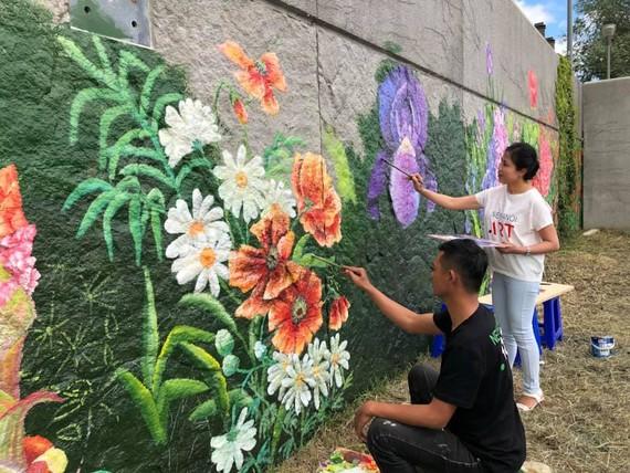 Bức tranh mùa xuân  Pháp- Việt bên dòng sông Seine được thực hiện bởi 5 họa sĩ đến từ Việt Nam