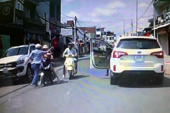 一名男子肆無忌憚掌摑騎摩托車載小孩女子導致輿論不滿。