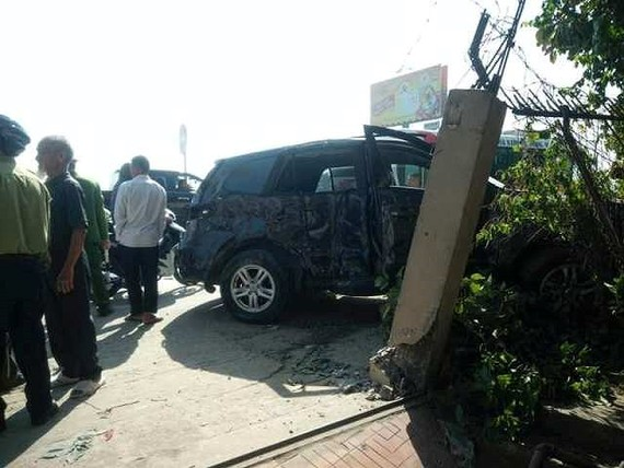 客車撞飛7座轎車致3人死亡