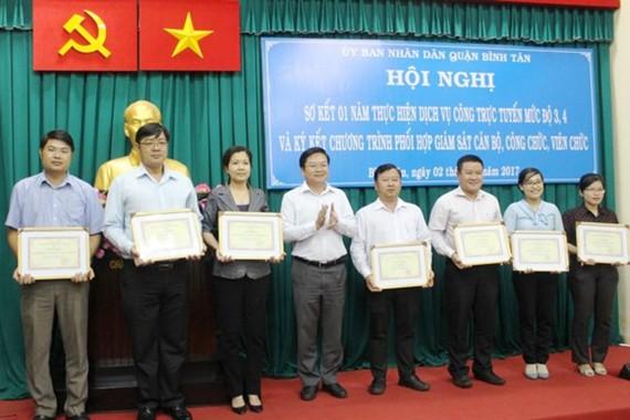 UBND quận Bình Tân khen thưởng các tập thể tiêu biểu trong việc thực hiện thủ tục trực tuyến