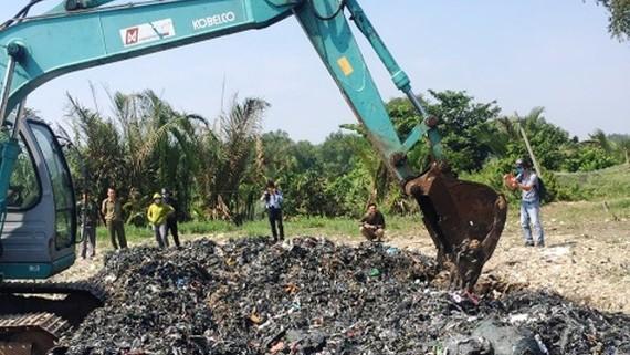 Cơ quan chức năng kiểm tra việc san lấp chất thải trái phép tại Bình Chánh