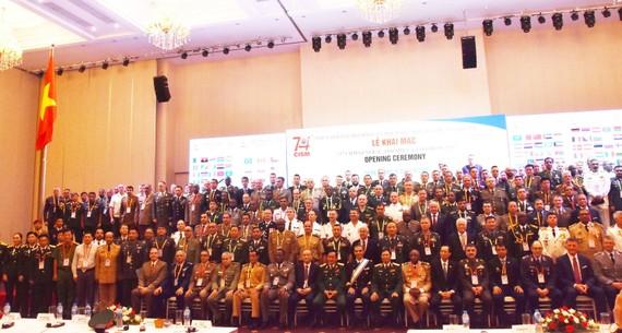 343 đại biểu đến từ 91 nước thành viên và 3 nước quan sát viên chụp hình lưu niệm cùng lãnh đạo Bộ Quốc phòng, Quân khu 7 và TPHCM