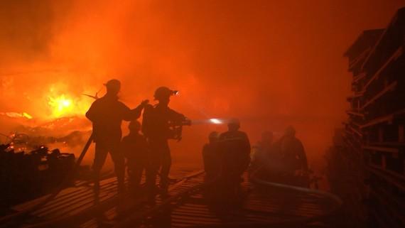 Triển khai đội hình dập lửa một vụ cháy lớn ở TPHCM