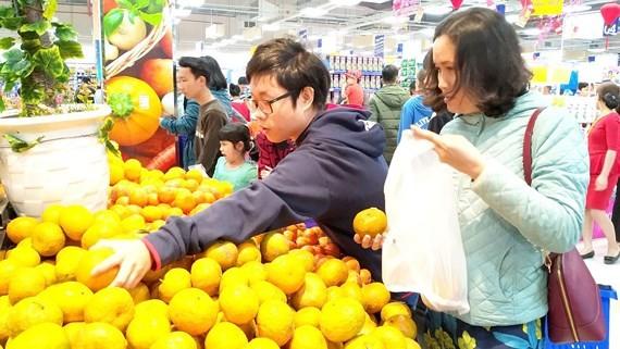 Customers buy fruits at a supermarket. (Photo: SGGP)