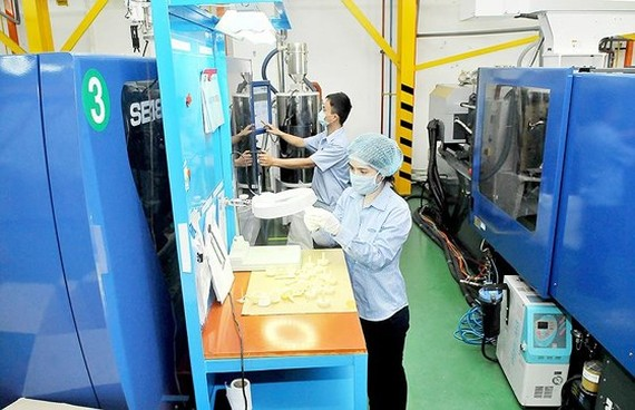 Producing high quality plastic to provide supporting products for local and foreign firms. (Photo: SGGP)