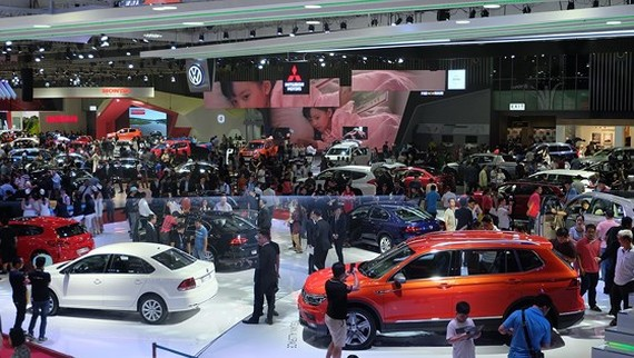 Cramped space at automobile show VAMA Show. (Photo: SGGP)