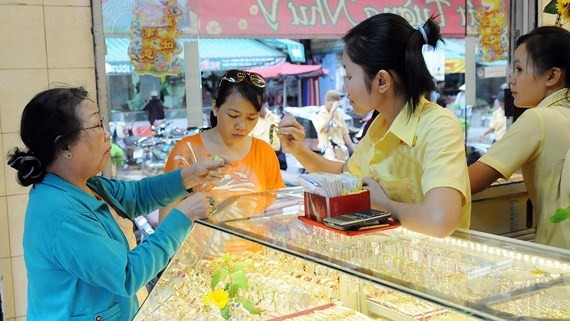Customers remain calm amid gold price hikes