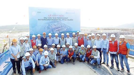 Tập đoàn Xây dựng Hòa Bình cất nóc công trình Water Front Phú Quốc