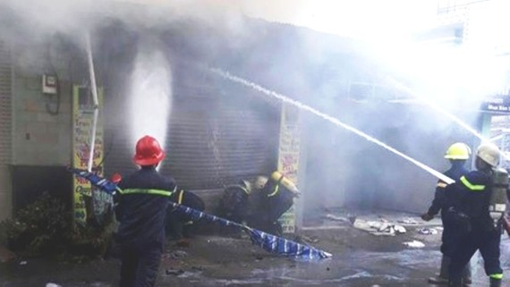 Cảnh sát PCCC phun nước dập lửa vụ cháy nhà số 280 đường Trung Mỹ Tây 5 (phường Trung Mỹ Tây, huyện Hóc Môn)
