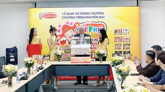 Ông Kajiwara Junichi, Tổng Giám đốc Acecook Việt Nam, quay số tìm chủ nhân tấm séc 1 tỷ đồng