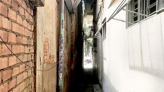 Đầu hẻm số 156 Lê Lai (quận 1) nhỏ tới mức chỉ vừa một người đi qua