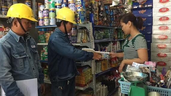Công nhân điện lực TPHCM đến nhà người dân, hộ kinh doanh tuyên truyền sử dụng điện an toàn, tiết kiệm, hiệu quả