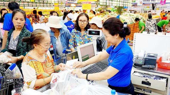 Một số siêu thị chuyển sang sử dụng túi tự hủy để góp phần bảo vệ môi trường
