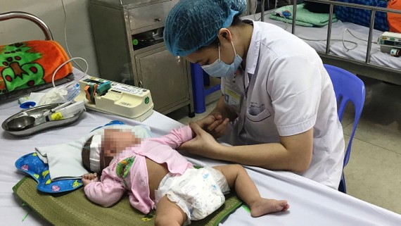 Bác sĩ Bệnh viện Nhi Trung ương điều trị cho một trẻ bị viêm não