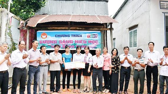"""Công ty TNHH MTV XSKT Đồng Tháp trao học bổng """"Gương sáng hiếu học"""" giúp sinh viên vượt khó học tập"""