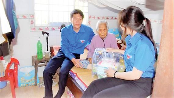 Chi đoàn Cty XSKT Đồng Tháp thăm và tặng quà mẹ Việt Nam anh hùng nhân Ngày Thương binh Liệt sĩ 27-7