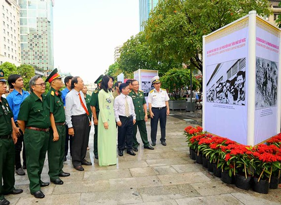 Vice chairwoman of the municipal People's Committee, Nguyen Thi Thu and city's leaders visit the exhibition in Nguyen Hue walking street. (Photo: Sggp)