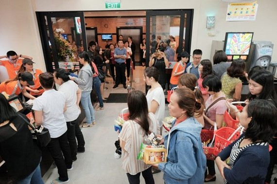 People line up on the opening of the first 7-Eleven store in Ho Chi Minh City (Photo: kenh14.vn)