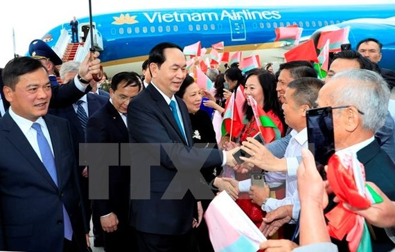 President Tran Dai Quang was welcomed by overseas Vienamese upon his arrival in Belarus (Photo: VNA)