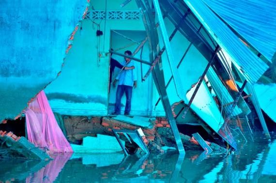Landslide sweeps five houses in Nha Be