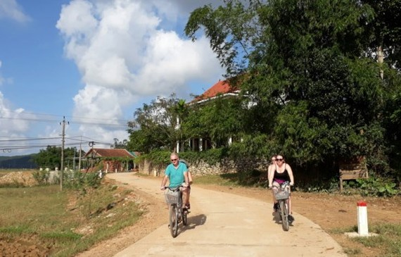 Foreign visitors discovering Quang Binh countryside (Photo: sggp)