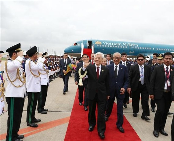 Party General Secretary Nguyen Phu Trong arrived at Pochentong airport in Phnom Penh on July 20 morning (Photo: VNA)