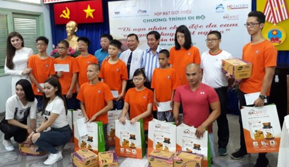 The event's organizer presents gifts to AO/dioxin victims.