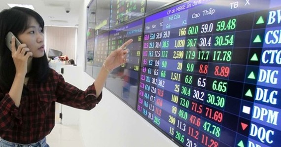 Shares rose stronger in July 31 afternoon trading as bank stocks accelerated their growth on the back of positive first-half business earnings. (Photo: bizlive.vn)