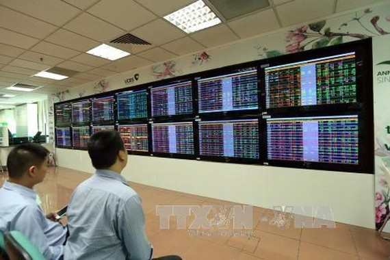 Investors at Vietcombank stock exchange (Source: VNA)